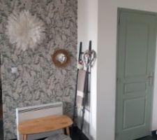 Pose du papier peintet peinture de la porte du chauffe eau