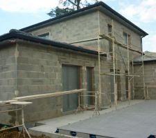 Échafaudages en place pour la réalisation de la façade
