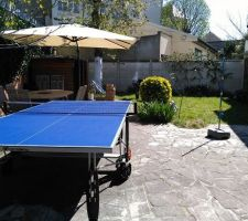 Jardin avec table de tennis de table