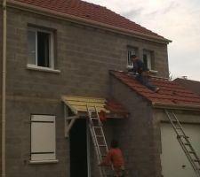 Aujourd'hui le 24 nov.  Hors d'eau, hors d'air Fenêtres PVC, porte d'entrée et de garage et volet posés. Gouttières PVC beiges posées La toiture est terminée. La maison est hors d'eau et hors d'air.