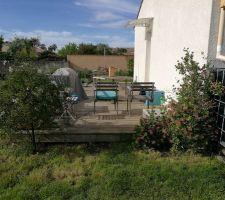 Terrasse avec chèvre feuille et faux jasmin pour brise vent