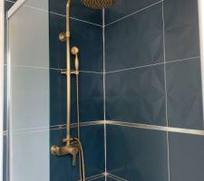 Pose du carrelage douche de l'étage avec colonne de douche .