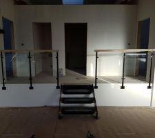 Escalier menant aux chambres avec garde-corps