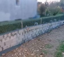Les blocs à bancher ont été remplis de béton