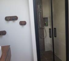 Portes de douche battante pour gagner de la place sur l'ouverture.
