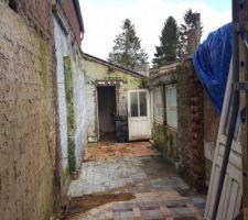 Démontage du mur en brique délimitant la première et seconde pièce de l'extension ...
