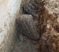 Autre trésor du terrain. Pour se rendre compte de la taille du bloc, la tranchée fait 80cm de profondeur. Avec un peu de technique, il est sorti sans broncher ce bloc de +50kg