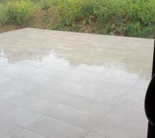 Carrelage terrasse terminé, déjà sous la pluie.