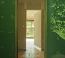 Vue de la salle d'eau dressing et bureau (future chambre) et baie vitrée donnant sur le jardin...