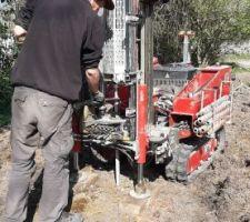 Fin du 1er trou, on relève les barres à l'aide des verrins hydraulique. Ce n'est pas planté tout à fait droit donc pas évident.