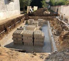 Dalle du sous-sol réalisée et dépôts de nouveaux parpaings