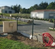 Installation regard + fourreaux portail
