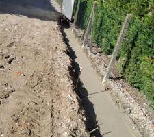 Fondations pour les L béton qui mettront la cour de niveau et empêcheront le calcaire et les graviers de glisser chez le voisin