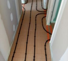 Installation des tuyaux de chauffage au sol