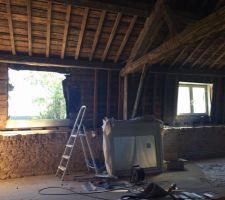Remplacement de deux fenêtres de toit sur solives en bois ... Première étape ... Démontage de l'ancien châssis et modification de la dimension du tableau ...