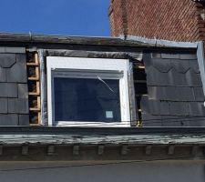 Remplacement de deux fenêtres de toit sur solives en bois ... Troisième étape , positionnement et mis à niveau de la menuiserie ...  utilisation d'un joint compriband 03 cm ...
