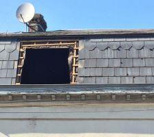 Remplacement de deux fenêtres de toit sur solives en bois ... Nouvelle Première étape ... Démontage de l'ancien châssis et modification de la dimension du tableau ...