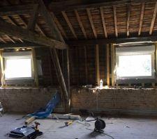 Remplacement de deux fenêtres de toit sur solives en bois ... Dernière étape après l'installation de l'écran sous toiture ... Positionnement et mise à niveau de la menuiserie ...