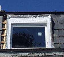 Mise en place d'un scotch adapté aux intempéries et à la chaleur qui veillera à l'étanchéité du pourtour de la fenêtre en attendant l'habillage final ...