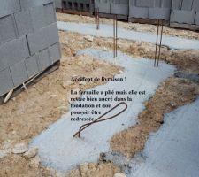 Accident de livraison, la ferraille a été tordu. Elle doit pouvoir être redressé. La fondation ne semble pas endommager.
