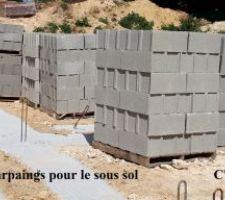 Des parpaings pour les murs du sous sol. On se croirait dans la cour des matériaux