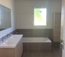 Salle de bain avec les meubles posés