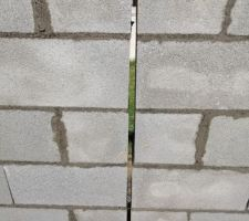 Détail joint de dilatation mur de clôture.
