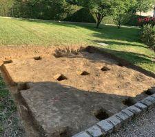 Fin du terrassement et positionnement des trous pour les plots beton