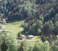 La Bistorte dans le paysage, avec le container blanc devant.