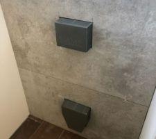 La faïence des toilettes est posée