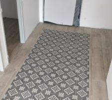Les joints du tapis en imitation carreaux de ciment sont faits.