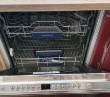 Le lave-vaisselle encastrable est encastré