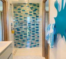 Notre super sèche serviette en forme de tache d?eau est posé. Il va parfaitement dans la salle d?eau des garçons qui est officiellement terminée !