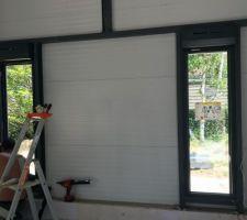 Fenêtres fixes salon avec volets électriques.
