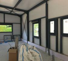 Fenêtres basculantes sdb, wc, bureau, et coulissante chambre du fond avec volets électriques.