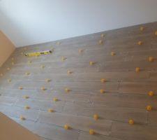 Le carrelage de la chambre n°2 - imitation bois