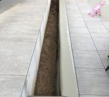 Pose d?un liner d?étanchéité pour protéger La jardinière de l?humidité  Remplissage de terre avant le terreau de plantation