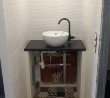 Le lavabo de la future chambre.