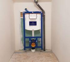 Pose du bâti support Villeroy et Boch à l'étage avec ventilation de chute (adaptation en diamètre 50 car j'ai eu des contraintes avec ma pipe wc mal centrée suite à décalage de la cloison de ma salle de bain)