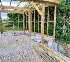 Mise en place des plaques de soubassement et de la structure pour le bardage du carport