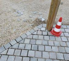 Finalisation des paves autour des poteaux du carport