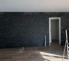 Pose des plaquettes de parement dans le salon (sur TOUT le mur)