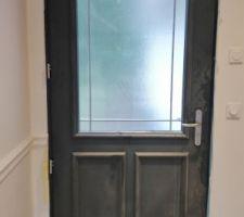 Les protections de la porte d'entrée ont été enlevées, on la voit enfin la petite mèmère !