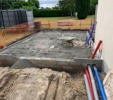 Passage des gaines Eau et Electricité. Création du terre-plein pour supporter la dalle du garage.