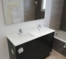 Le plombier à terminée. La salle de bain, les Wc, la clim et le chauffe-eau sont installés.