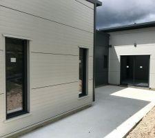 Fenêtres fixes de 0,60x1,80 et baie coulissante classique de 2 mètres.