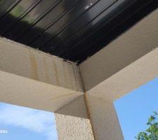 Constructeur incapable de faire un balcon correctement boîte à eau à droite pente faîte à gauche . Étanchéité mal faite eau dans la salle à manger , peinture à refaire et enduits , fissures sur la façade de la maison et j en passe ....