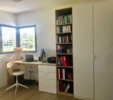 Notre composition IKEA pour le bureau avec un grand plan de travail en chêne blanchi