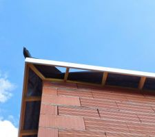Charpente en fermette sur la maison et charpente traditionnelle dans le garage. Écran sous toiture. Tuile double canal DC12 panache foncé. Planche de rive-bandeau-lambris en PVC blanc.