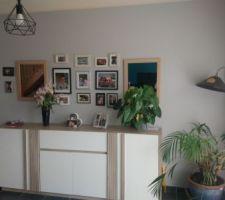 Décoration murale salon avec cadres photos et miroirs